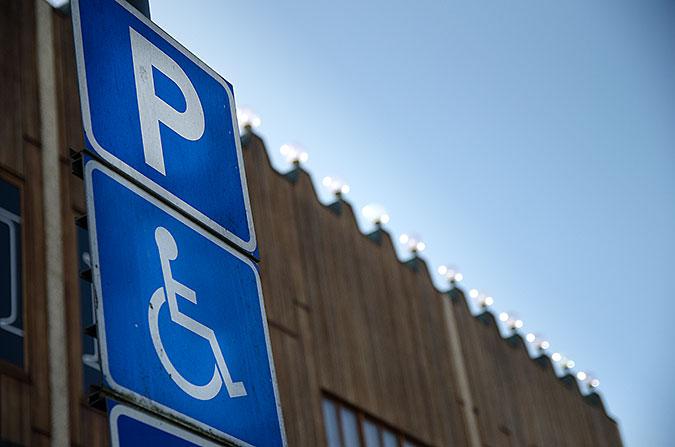 En skylt som visar parkeringsplats för rörelsehindrad