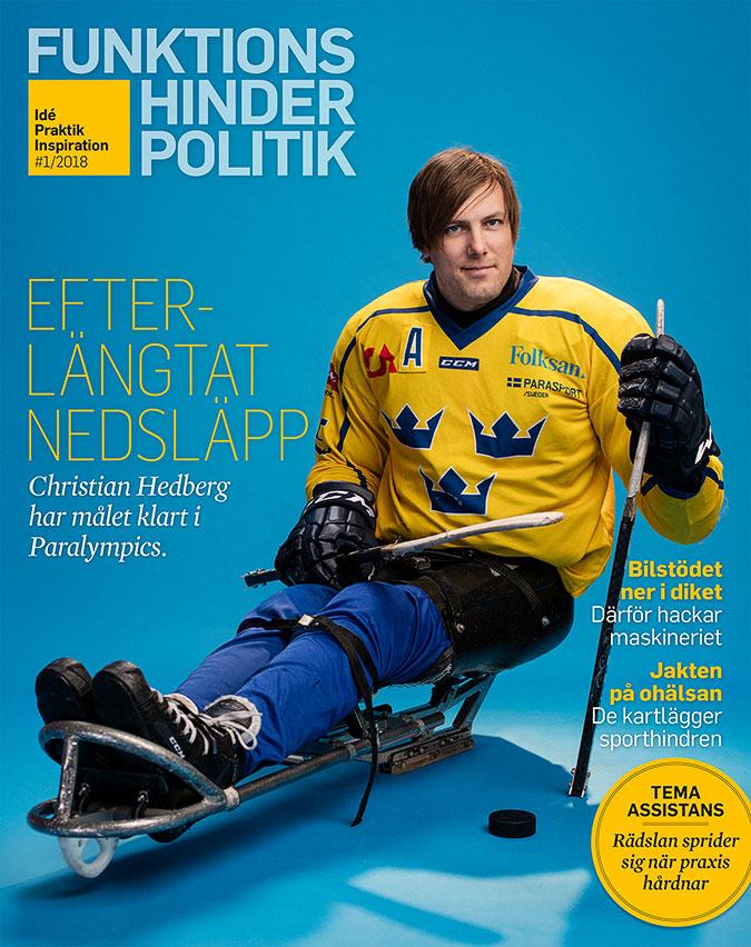 En paraishockeyspekare siotter i en kälke iförd svensk landslagsdräkt. I de handskklädda händerna håller han hockeyklubbor.