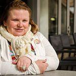 Maria Johansson sitter vid ett bord