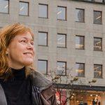 Annika Jyrwall Åkerberg framför en husfasad