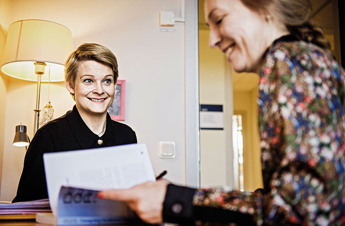 Elisabet Söderberg i arbetsmöte med kollega vid ett bord på universitetet