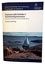 Omslaget till Elisabet Söderbergs avhandling. En segelbåt som navigerar genom en trång skärgård