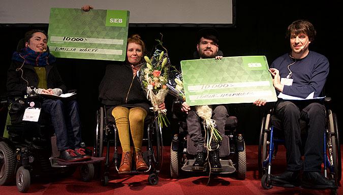 De båda vinnarna i mitten flankerade av ordföranden för Erik Ljungbergs Stiftelse, Anna Bonnevier och styrelseledamoten Jonas Franksson.