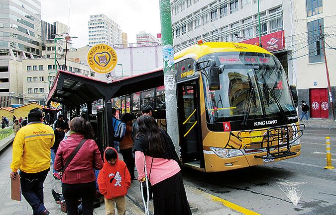 En busshållplats där Gladys Quispe trängs med andra resenärer .