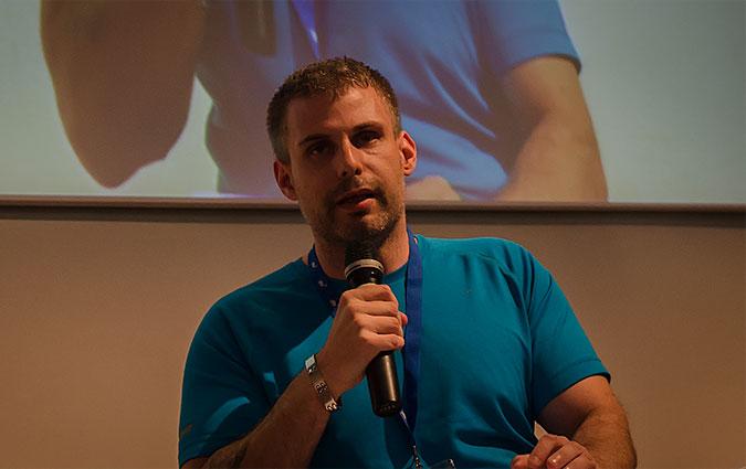 Rasmus Isaksson pratar i en mikrofon