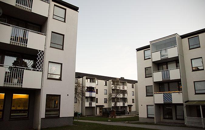En bild från ett område med trevåningshus byggda under miljonprogrammet. Just de här husen ser rätt nyrenoverade ut.