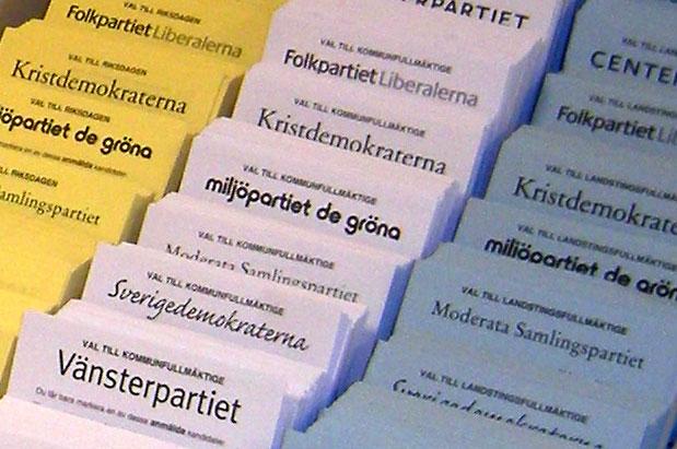 Valsedlar från olika partier hett ställ vid en vallokal