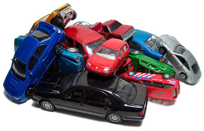 Leksaksbilar i en prydlig hög
