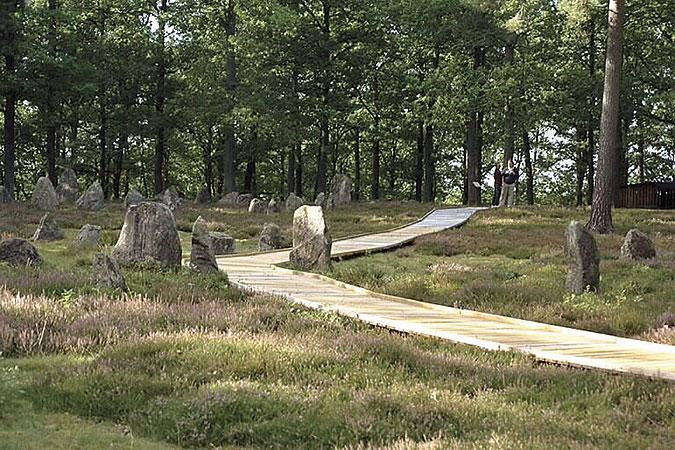 Runstenar i skogen som förbunds av en gång inbyggd i trä