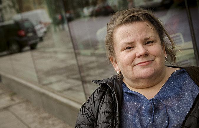 Porträtt av Maria Johansson framför ett glasparti