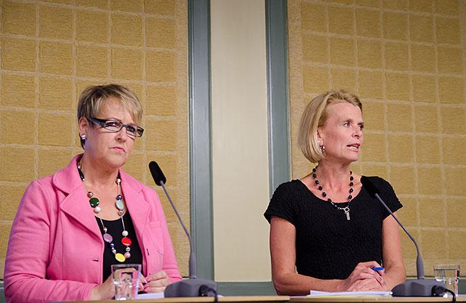 Désirée Pethrus och Åsa Regné står bakom ett bord med mikrofoner