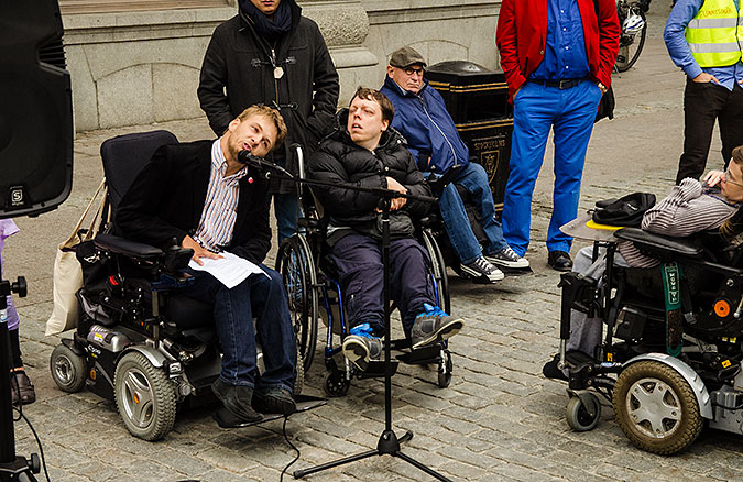 Björn Häll Kellerman talar vid manifestationen. Några av deltagarna syns på bilden.