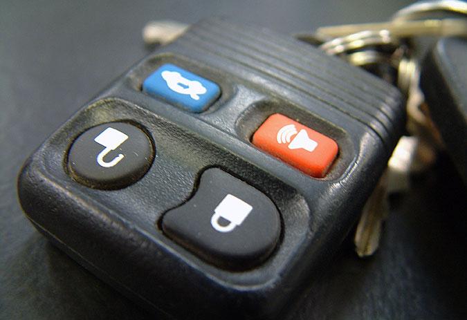Bilnycklar med en remote för lås och baklucka.