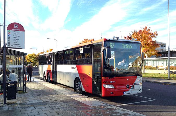 En buss från X-trafik vid en hållplats