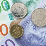 En närbild på svenska sedlar och mynt.