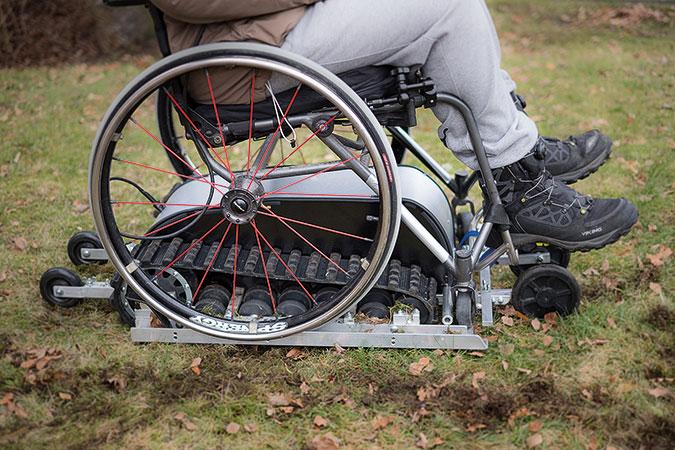 PÅ bilden syns hur Mudskipper fungerar. Själva maskinen är en agn med två drivband. En manuell rullstol placeras ovanpå.