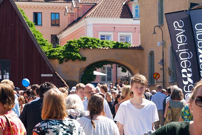 Människor på en gata i Visby.