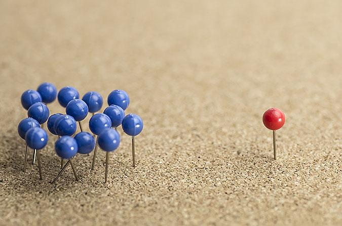 Tillvänster sitter många blå nålar i en liten grupp. Till höger en ensam röd nål.