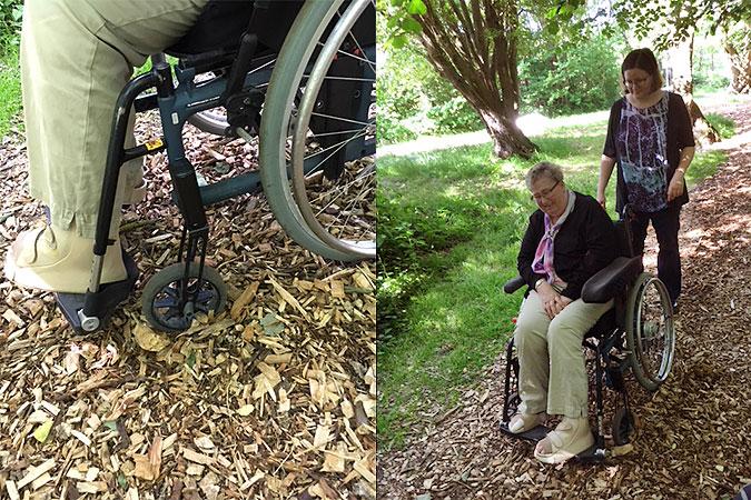 Montage av två bilder: En där en kvinna i rullsto l försöker att ta sig fram på träflisen, den andra visar en närbild på hur rullstolens länkhjul kör fast i flisen.