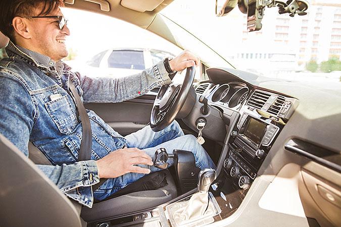 Man sitter i förarsätet på en bil som körs med handreglage.